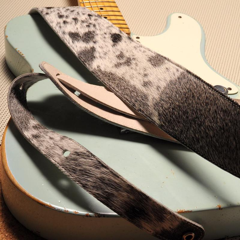 Une jolie Telecaster Custom Shop et une BUD naturelle ! #velu #guitarstrap #guitarstraps #vintageguitar #leathergoods #madeinfrance #handmade #guitar #guitare #fabriqueenfrance #leather #cuir #constantbourgeois #bass #bassstrap #artisanatfrancais #savoirfaire #frenchconnection #tubeamp #guitareffects #gearybusey #leatherwork