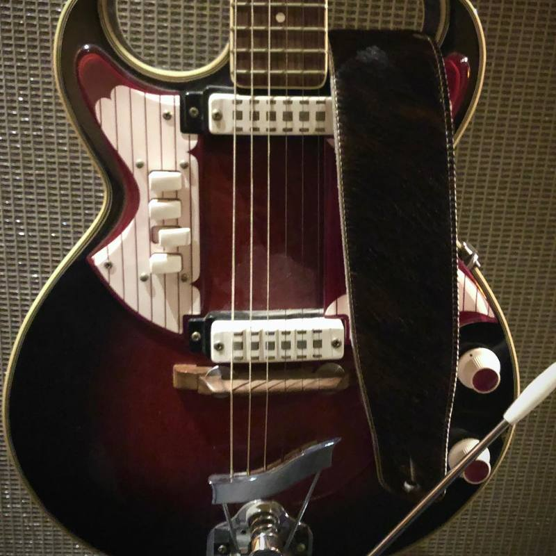 Une BUD poilue sur une guitare de Cowboy de western spaghetti.. #guitarstrap #welsonguitars #guitarstrap #guitarstraps #vintageguitar #leathergoods #madeinfrance #handmade #guitar #guitare #fabriqueenfrance #leather #cuir #constantbourgeois #bass #bassstrap #artisanatfrancais #savoirfaire #frenchconnection #tubeamp #guitareffects #gearybusey #leatherwork #budspencer #budspencerterencehill