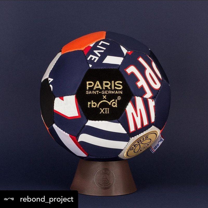 Et voilà le résultat !  Un ballon en cuir habillé de maillots du @psg upcyclés. Ca nous change d'univers 😎