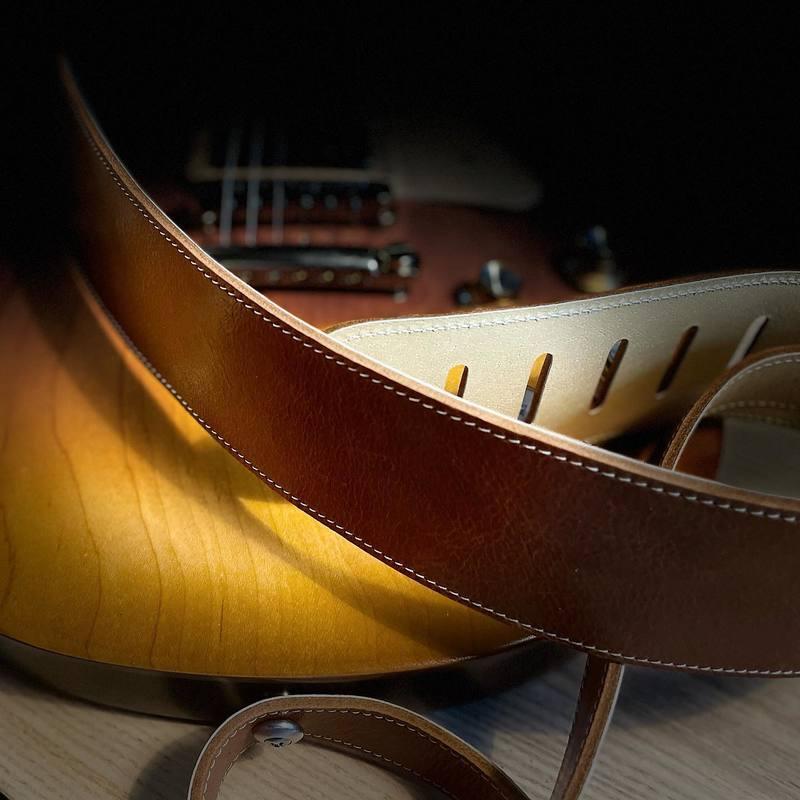 Jeu de matières et de lumière :) #guitarstrap #guitarstraps #vintageguitar #leathergoods #madeinfrance #handmade #guitar #guitare #fabriqueenfrance #leather #cuir #constantbourgeois #bass #bassstrap #artisanatfrancais #savoirfaire #frenchconnection #tubeamp #guitareffects #gearybusey #leatherwork