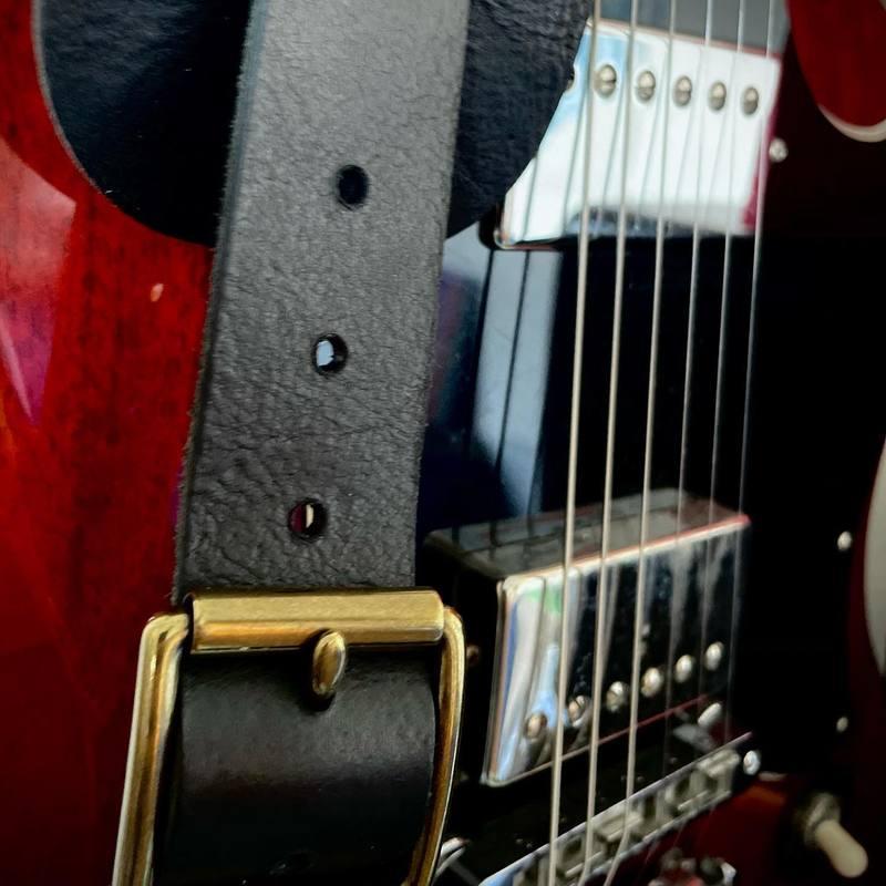 Une 1959 avec une jolie patine ! #constantbourgeois #madeinfrance #gibson #gibsonsg #sgstandard #1959 #electricguitar #guitarstrap